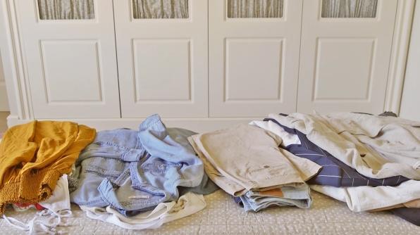 prendas-de-ropa-divididas-en-montones-para-cambio-de-armario_760dc08a